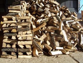 Suché dřevo do krbu